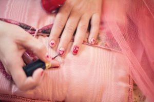 painting-fingernails-nail-polish-hearts-valentine-37553